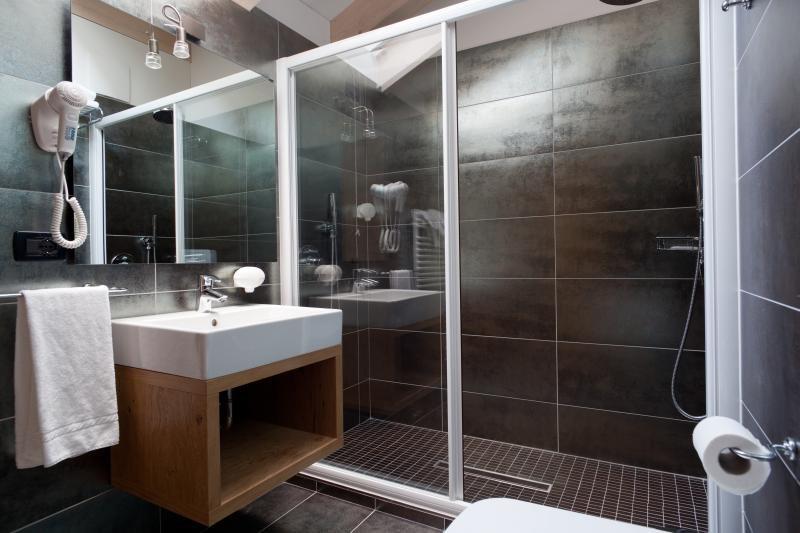 Camere suite benny bio hotel commezzadura dolomiti for Foto bagni moderni arredati