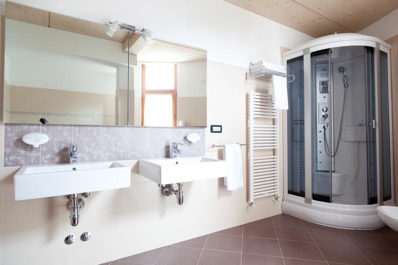 Bagno con doccia e doppio lavabo tutto su ispirazione for Bagno in muratura doppio lavabo