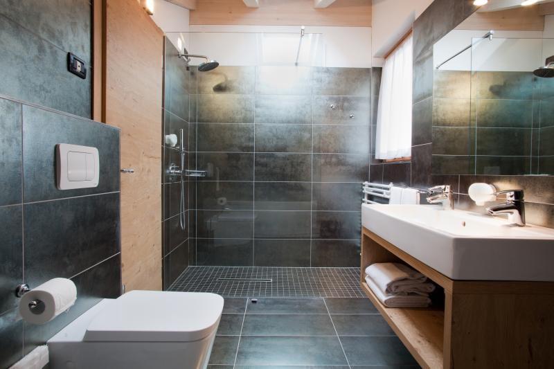 Camere suite benny bio hotel commezzadura dolomiti trentino - Piastrelle bagno nere ...